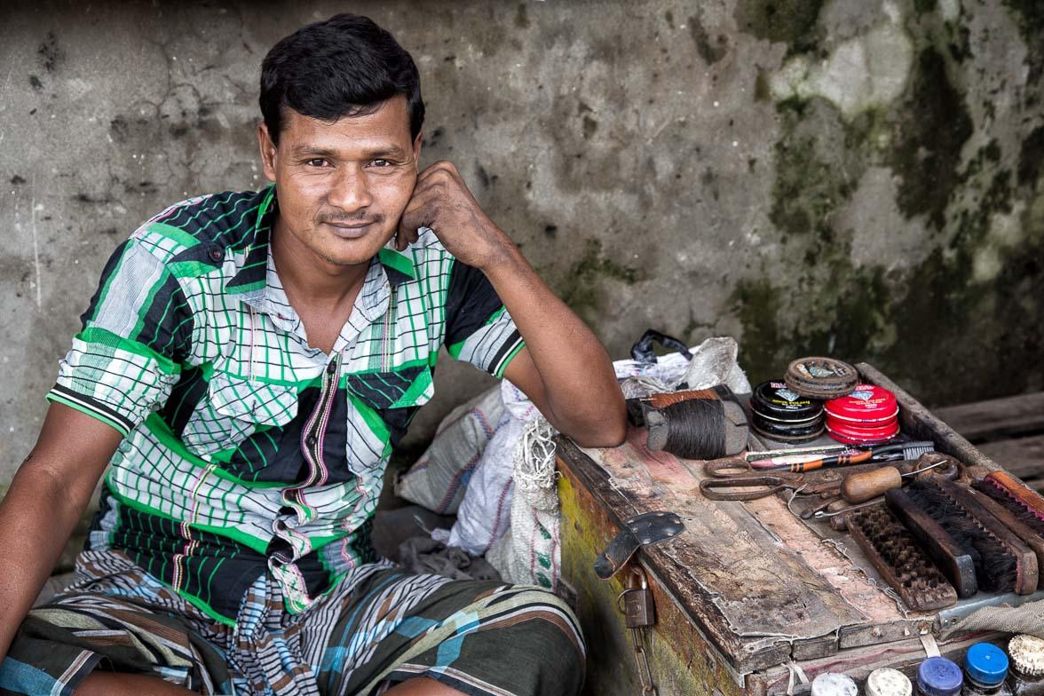 靴の修理屋。針と糸と接着剤といういたってシンプルな商売道具だけで、この街で生きてきた (C) Masashi Mitsui