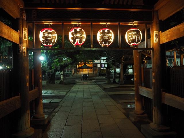 陽が暮れても閉門しない新井薬師寺。眼の神様だけに、夜も提灯をともしてくれて見えやすい。