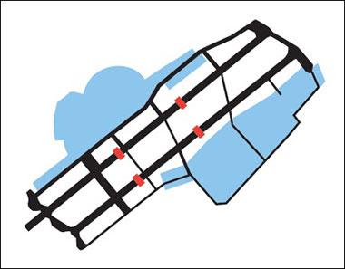 嘉手納飛行場の滑走路を分断するための攻撃目標(赤)と駐機場(青)([1] 図3.2)