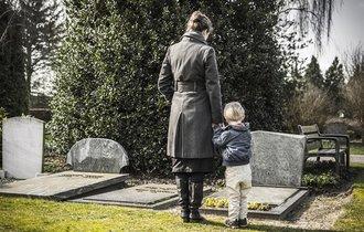 お金がない! 葬儀費用を故人の生命保険から出すことは可能か?