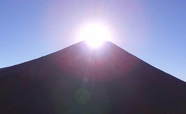 もう言葉はいらない。4Kドローンが空撮した日の出のダイヤモンド富士