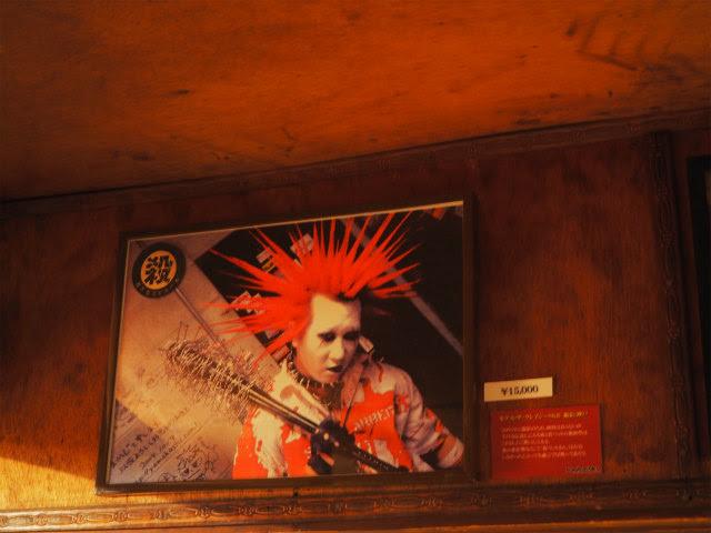 あこがれのボーカリストであり、レーベル「殺害塩化ビニール」の社長、ザ・クレイジーSKBも釘バットさんの作品を手にした。