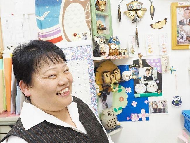 フクロウのように福々しいフォルムの女性局長、石橋由紀子さん。