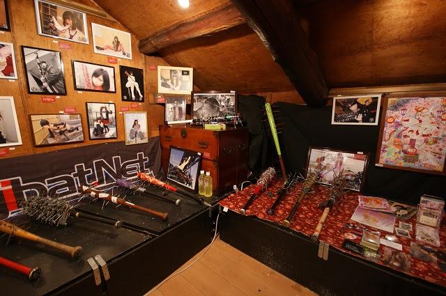 化け物屋敷の2階に展示された釘バットの数々。
