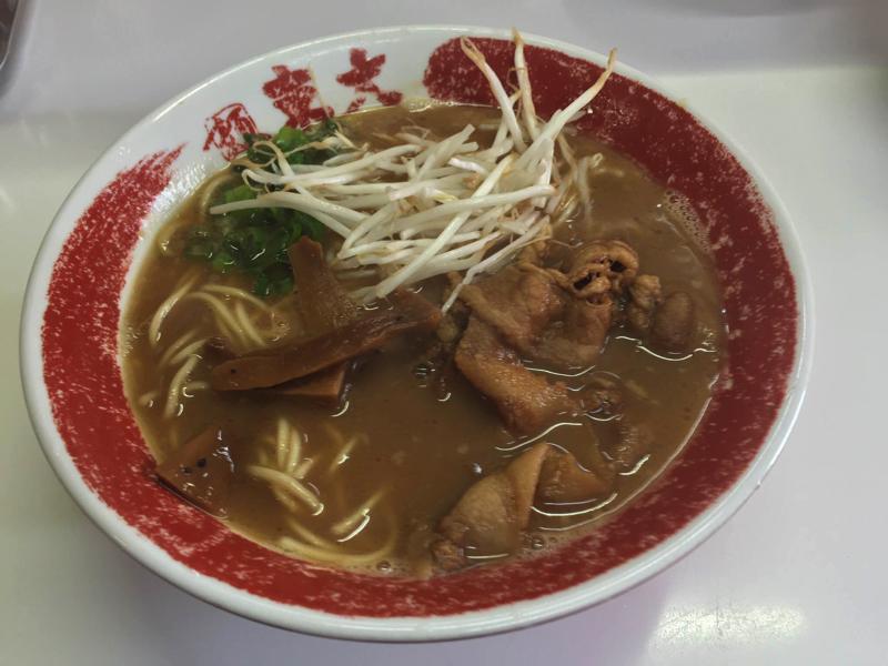 これまたコッテリ醤油スープが美味そうなラーメン東大の徳島ラーメン(まだ卵なし)