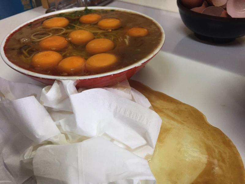 徳島ラーメンへの思いも、スープも、白身もこぼれる