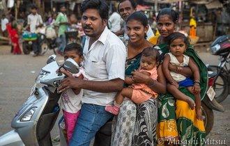 6人乗っても大丈夫…インドの街角で見かけたシュールな光景10選