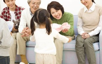【豆知識】生きてるうちに子や孫へ。生前贈与で損をしない4つの特例