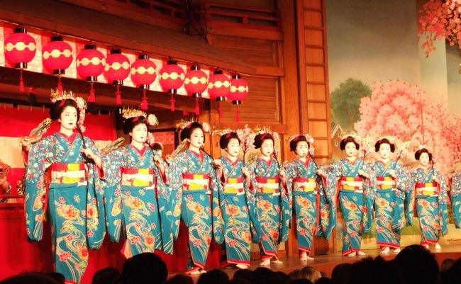 0Maikos_dancing_at_Miyako_odori