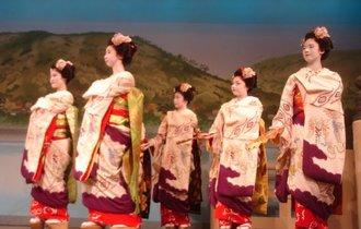 新緑に映える艶やかな舞。チャップリンも愛した京都「鴨川をどり」