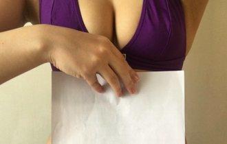 A4の紙に隠れる美女のクビレ。SNSで話題の「A4ウエスト」チャレンジ
