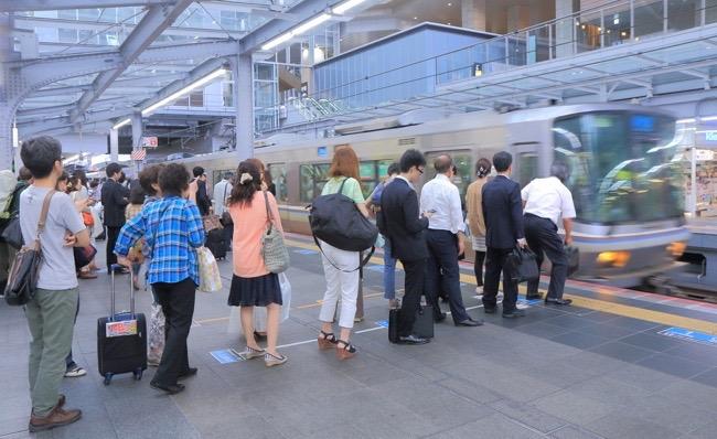 日本人は列の最後に並ぶ。なぜ外...