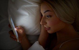 暗い部屋の寝ながらスマホが「失明」を引き起こす可能性―英研究