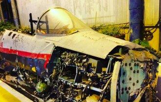 墜落した戦闘機をゲーセン前に放置。わが日本は緊張感に欠けている