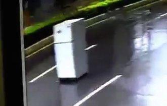 【動画】台湾の台風は、冷蔵庫が道路を走るぐらいにヤバかった!