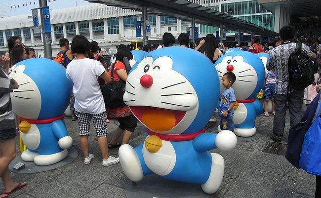 800px-HK_TST_Harbour_City_entrance_front_square_Doraemon_exhibition_Aug-2012_(4)