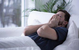 中高年は要注意。休日の「寝だめ」が不眠と抑うつ状態の原因に