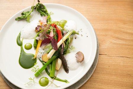 2キャプション シェフ自ら収穫した野菜で作られる一皿一皿(イメージ)20141023-017-2