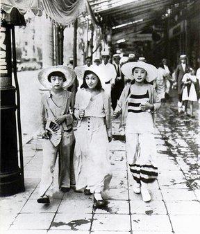 1928年、ビーチファンションのまま銀座を闊歩するモダンガール