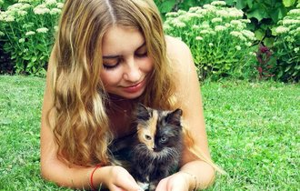 SNSで話題。美人飼い主に飼われたツートンカラーの奇跡の猫