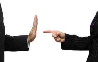 「転勤しろ!」「断る!」で解雇。会社を訴えたら勝てるのか?