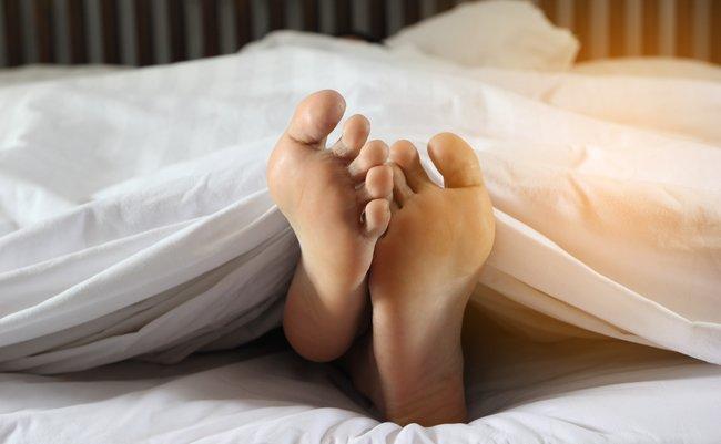 足 が むずむず し て 寝れ ない とき の 対処 法