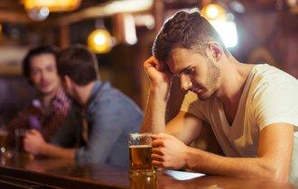 【英語ジョーク】なぜ男はビール2杯しか注文しなかったのか?