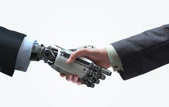 労働力が不足する日本の未来を救うのは移民か、ロボットか