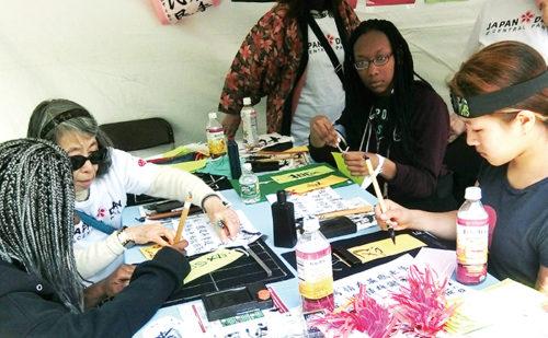 折り紙療法協会による折り紙のアクティビティー(撮影:高橋奈)