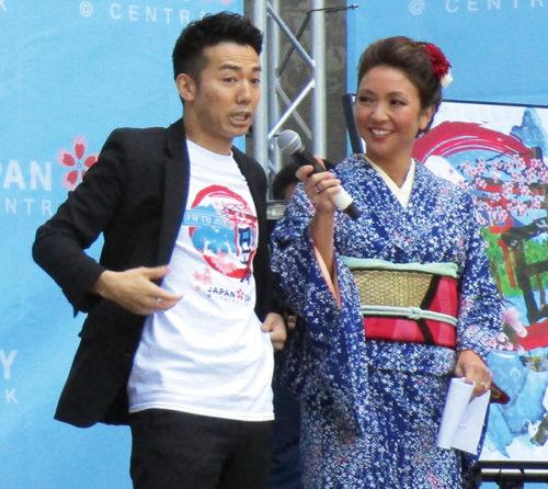 チャリティーの呼び掛けをする綾部祐二さん(左)と司会のサンドラ・エンドウさん(撮影:池浦)