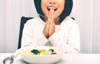 米国のマナーでは奇妙に見える、日本人の「食べだすタイミング」