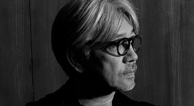 779px-Ryuichi_Sakamoto_side (1)