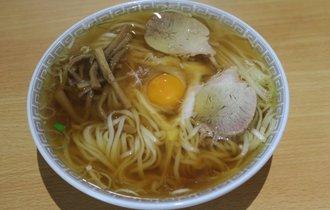 【長野・飯田】ラーメン官僚が鏡の様な麺肌に見惚れた、生卵入り中華そば【新京亭】