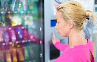 【英語ジョーク】金髪女性が自販機を罵っていたワケとは?