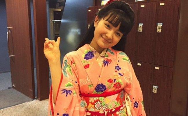 葵わかな、NHK朝ドラ「わろてんか」劇中衣装でピースショット