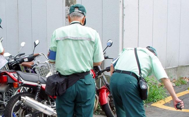 緑の「駐車監視員」を尾行してわ...