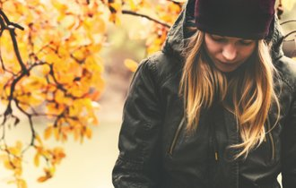 その落ち込み、「季節性うつ」かも。気分をラクにする方法は?