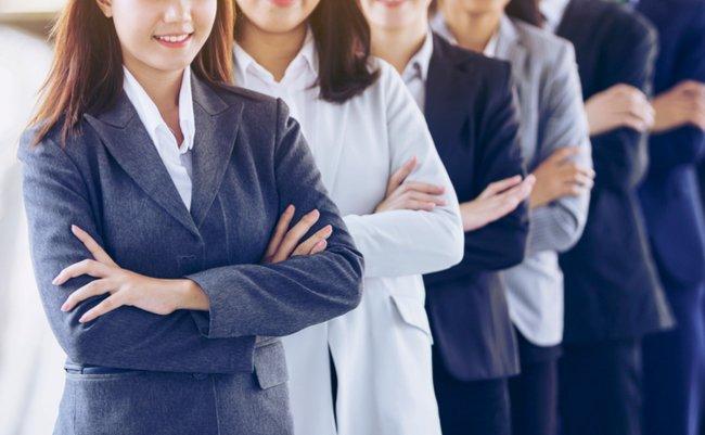 新卒の学生が日本企業に就職しな...