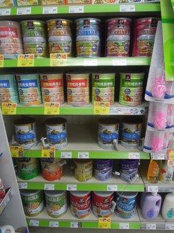 台湾のスーパーにある粉ミルク売り場。値段は高く種類も少ない