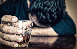 数百万の借金、自殺未遂も。経験者が語るアルコール依存症の実態