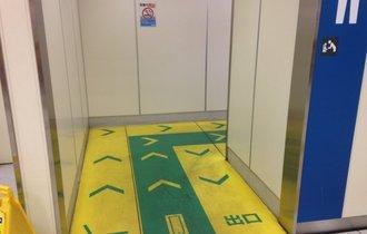 駅の男子トイレの床に何か書いてあるんだが…「神対応」だった!