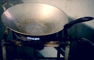 IHしか知らない中学生がコンロの火に驚いて水をかけ、定食屋休業