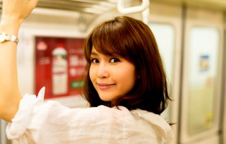 美女が電車でこっちをチラ見。逆ナンかと思いきや…オチに大爆笑