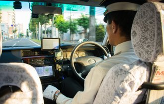 白バイ隊員を賄賂で買収。タクシー運転手が驚いたワケありな客