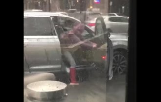 【動画】暴風雨の中、強風のせいで車のドアが閉まらない…