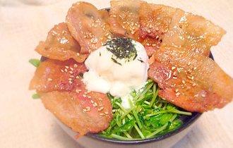 料理のプロは、豆苗まみれの豚バラ丼に「カバ焼きダレ」を使う