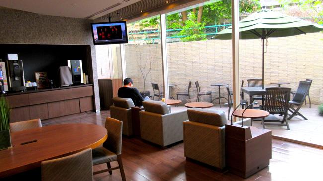 セルフサービスのコーヒーが無料。カフェのようなドーミーインPREMIUM渋谷神宮前のロビー