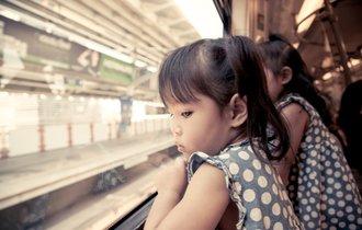 電車内で子供を叱らぬ大人が、人を見て態度を変える人間を育てる