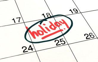 結局、会社は社員に最低何日の休日を与えなければNGなのか?