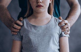 重なる虐待とDVの現場。母親が我が子を殴る継父を止められない訳